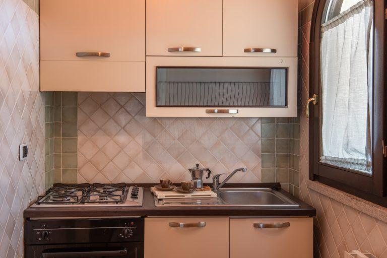 R3B4 4-6 pax kitchen 1